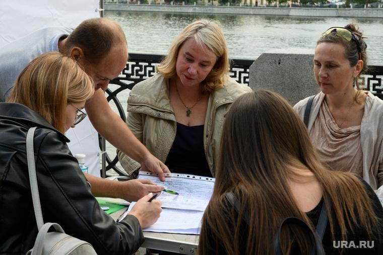 Сбор подписей за прямые выборы мэра у Приборостроительного завода. Екатеринбург