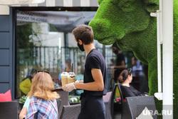 Летнее кафе. Курган , официант, терасса, кафе, летнее кафе терраса