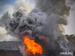 Пожар на улице Карьерной, 30. Екатеринбург, дым, пожарные, пожар, огонь, горящее здание, тушение пожара