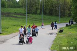 Спальные районы Москвы во время периода самоизоляции. Москва, прогулка, семья, парк, лето