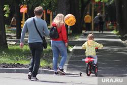 День защиты детей. Курган, ребенок, семья, родители, воздушный шарик, прогулка в парке