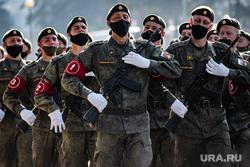 Репетиция парада, посвященного 75-й годовщине Победы в Великой Отечественной войне в 32-м военном городке. Екатеринбург, военные, марш, медицинская маска, защитная маска, военнослужащие цво, репетиция парада, маска на лицо, военнослужащие