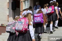 Торжественная линейка в гимназии № 27. Курган, школьная линейка, ученики, рюкзак, школа, 1 класс, первоклассники, цветы, первоклассники, 1 сентября, школьники, младшие школьники