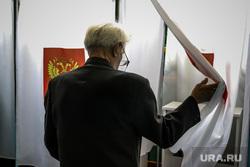 Единый день голосования 2019. Курган, герб россии, пенсионер, избирательная комиссия, дед, кабинки для голосования, выборы, спортивный зал, пожилой мужчина, старик, избирательный участок, школьный спортзал, голосование, избиратели