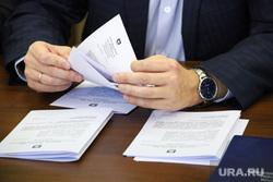 Заседание комитета по бюджету, финансовой и налоговой политике. Курган, документы, совещание, обсуждение, чиновник, рука, бумаги, политика, решение, собрание, депутаты, рассмотрение