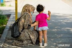 Женщина с ребенком, мусульманка. Челябинск, ребенок, мама, семья, мать, девочка, женщина, мусульманка, дитя, фенди