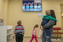 Выездное заседание Депутатов Курганской городской Думы. Курган, курганская детская поликлиника, мультфильмы, дети у телевизора