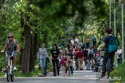 Пятьдесят восьмой день вынужденных выходных из-за ситуации с распространением коронавирусной инфекции CoVID-19. Екатеринбург, люди на улице