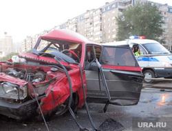 ДТП в Челябинске. Два автомобиля разнесли остановку. 15.07.2014, дтп, разбитая машина