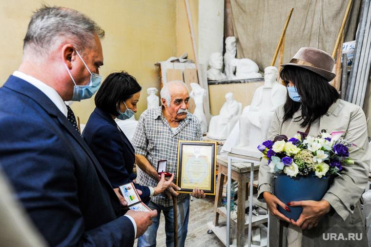 Вручение Знака почетного гражданина города скульптору Вардкесу Авакяну. Челябинск