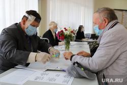Выборы депутатов Курганской областной думы. Курган , выборы, единый день голосования, избирательный участок, мужчина в маске, выборы 2020, выборы в облдуму, медицинская  маска