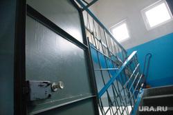 Поиск бездомной беженки Галины. Екатеринбург., дверь, подъезд дома, лестничная клетка