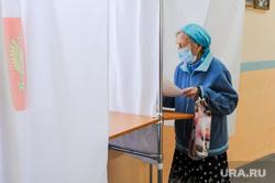 Избирательный участок. Челябинск, пенсионер, избиратель, кабинка для голосования