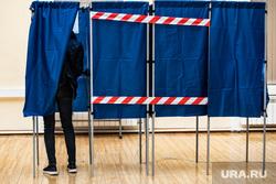 Подсчёт бюллетеней голосования по поправкам к Конституции на избирательном участке №1242. Екатеринбург, голосование, кабинка для голосования, поправки в конституцию, общероссийское голосование, голосование по поправкам в конституцию