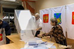 Подсчет голосов на губернаторских выборах во Владивостоке. Владивосток, избирательная комиссия, подсчет бюллетеней, подсчет голосов, бюллетени, избирательный участок, урна для голосования