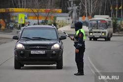 Сотрудники ГИБДД на въезде в город  дают разъяснения по поводу режима. Курган, граница, гибдд, дпс, въезд в город, жезл дпс, пост гаи
