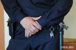 Арест Юрия Чанова, руководителя аппарата гордумы, обвиняемого во взятке. Тракторозаводский районный суд. Челябинск, конвой, пистолет, кобура, дубинка, ключи от наручников, наручники, полиция, руки