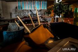 Аэропорт Кольцово во время пандемии коронавируса. Екатеринбург, аэропорт кольцово, красная лента, стулья, эпидемия, ресторан, covid-19, пандемия коронавируса, заркыто