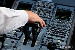 Подготовка рейса авиакомпании Red Wings Екатеринбург-Саратов. Екатеринбург, кабина самолета, самолет, кабина пилота, ssj100-95b