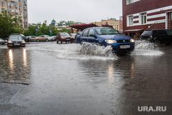 Лужи и ливневая канализация. Тюмень, ливень, потоп, дождь