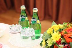 Якушев встретился с ветеранами труда области. Тюмень, букет, минеральная вода, стаканы, бутылки, манералка, цветы