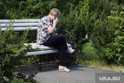 Дети. Пенсионеры. Курган, пенсионерка, сотовая связь, лето, бабушка, разговаривает по телефону, телефон в руках