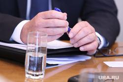 Визит чешских инвесторов на Курганскую ТЭЦ-2. Курган, депутат, чиновник, стакан воды, руки, шариковая ручка