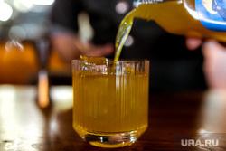 Максим Ягольник, приготовление коктейлей в ресторане Молодость. Тюмень., алкоголь, бутылки, коктейли, стакан, приготовление коктейля