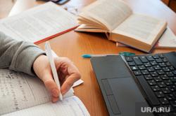 Подготовка студентов к зимней экзаменационной сессии. Екатеринбург, ручка, ноутбук, клавиатура, учеба, тетрадь, образование