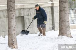 Очистка от снега центральных улиц города перед Советом безопасности. Курган., уборка снега, дворник с лопатой
