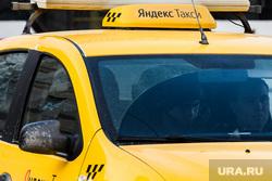 Машины такси на улицах города. Екатеринбург, такси, яндекс такси, перевозка пассажиров, услуги перевозки
