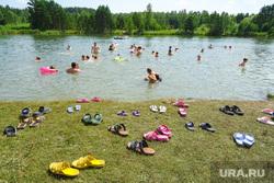 Пляжный отдых. Курган, берег, пляж, обувь, тапочки, отдых, водоем, купание