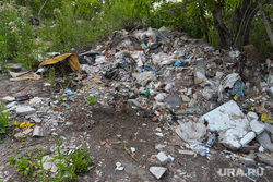 Несанкционированная свалка мусора. Курган, мусор, мусор на природе, отходы, мусор в кустах, куча мусора, свалка, помойка, несанкционированная свалка, бытовые отходы
