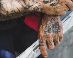 Татуировки на руках бывшего заключенного, заключенный, зек, вор в законе, криминал