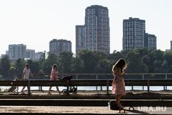Виды Екатеринбурга, семья, горожане, под мостом, спальный район, дома, жилой район, прохожие, город
