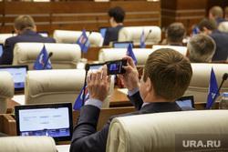 Пленарное заседание законодательного собрания. Пермь, мониторы, заседание, снимает на телефон