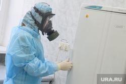 Исследование анализов на коронавирус в лаборатории ЕКДЦ. Екатеринбург, защитный костюм, противогаз, медицина, респиратор, специалист, медицинские исследования, респираторная маска, защита органов дыхания, вирусолог, противочумный костюм, virus
