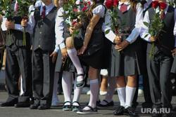 Торжественная линейка в гимназии № 27. Курган, школьная линейка, ученики, школа, 1 класс, первоклассники, цветы, 1 сентября, младшие школьники