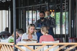 Официанты в уличных кафе. Челябинск, официант, летнее кафе, терраса, ресторан, шашлыков
