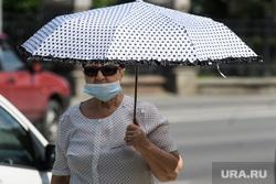 Екатеринбург во время пандемии коронавируса COVID-19, зонт, солнечная погода, маска на лицо, масочный режим
