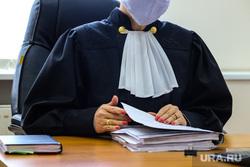 Судебное заседание в Арбитражном суде по поводу освобождения территории в 6 микрорайоне. Курган, оглашение приговора, судебное заседание, медицинская маска, приговор суда, судья, суд, судебный процесс, судебное дело, масочный режим, судья в маске
