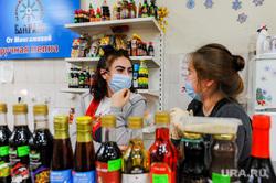 Масочный режим на продуктовом рынке. Челябинск, торговля, продукты, продавец, рынок, соусы, маска медицинская