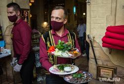 Клипарт. Магнитогорск, официант, салаты, защитная маска, ресторан, разнос еды