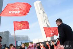 Акция свердловского КПРФ в поддержку Геннадия Зюганова. Екатеринбург, памятник ельцину, флаги кпрф