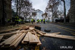 Акция протеста против повышения налога на бензин и дизельное топливо на Елисейских полях. Франция, Париж, париж, доски, франция