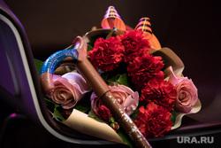 Клипарт. Сургут, старость, букет цветов, трость, ветераны, пенсия, цветы