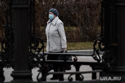 Екатеринбург во время пандемии коронавируса COVID-19, медицинская маска, защитная маска, женщина в маске, улица, маска на лицо