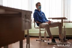Первый экзамен в рамках основного периода сдачи ЕГЭ в школе № 208. Екатеринбург, учебный класс, егэ, ученики, подростки, экзамен, школьный класс, дети, медицинская маска, школа, школьники, единый государственный экзамен, маска на лицо, ученики школы