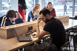 Виды Екатеринбурга, ноутбук, работа, кофейня, мужчина, депрессия, фрилансер, фриланс, стресс