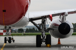 Самолет авиакомпании Red Wings в аэропорту Кольцово. Екатеринбург, стоянка самолета, двигатель самолета, ssj100, суперджет